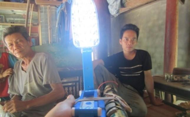 Chiếc đèn được gắn pin con thỏ để thắp sáng hàng đêm của gia đình ông Lô Văn Thân