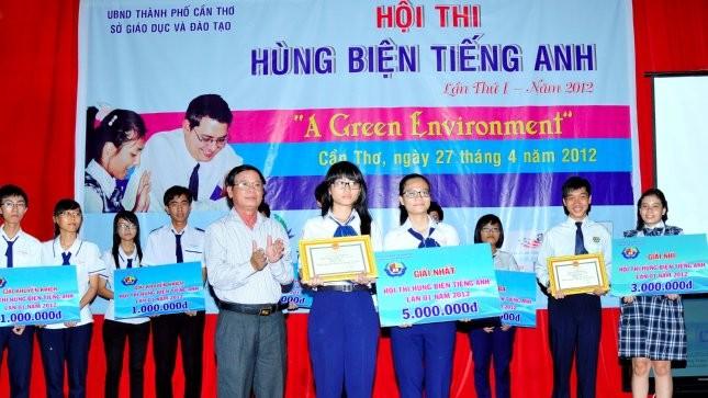 Các em học sinh nhận giải trong Hội thi hùng biện năm 2012