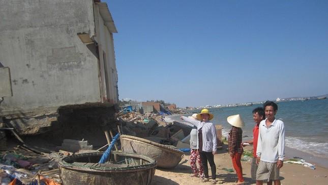 """Biển """"xâm thực"""", dân nơm nớp lo mất nhà"""