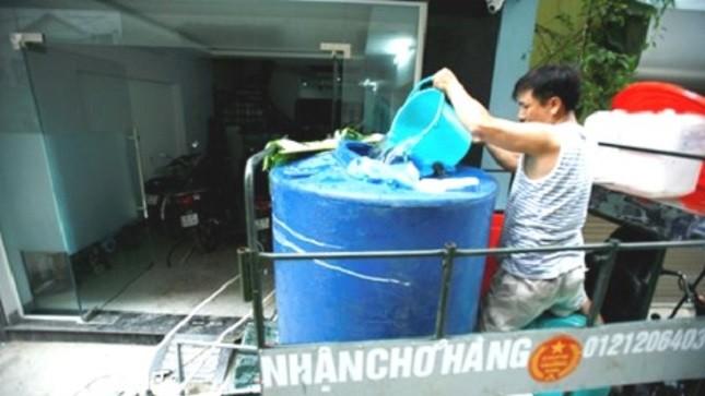 Nhiều hộ dân phường Trung Văn phải mua nước sạch từ các xe chở nước lẻ với giá cao.