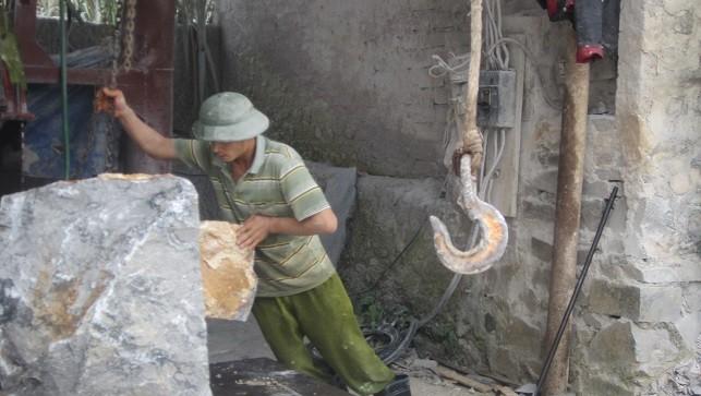Khâu chế biến đá tiềm ẩn nhiều rủi ro về tai nạn lao động.