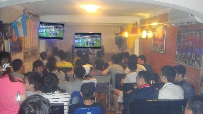 Nhiều người lao vào cá độ sau những lần xem bóng đá tại những quán cà phê bóng đá đêm.