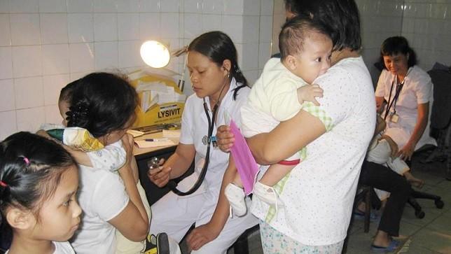 Khám cho bệnh nhi ở Bệnh viện Đa khoa Xanh-Pôn