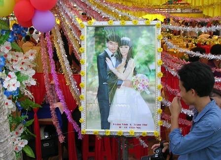 Ảnh đám cưới con gái ông Chủ tịch xã Phú Thuận được tổ chức tại ủy ban xã.