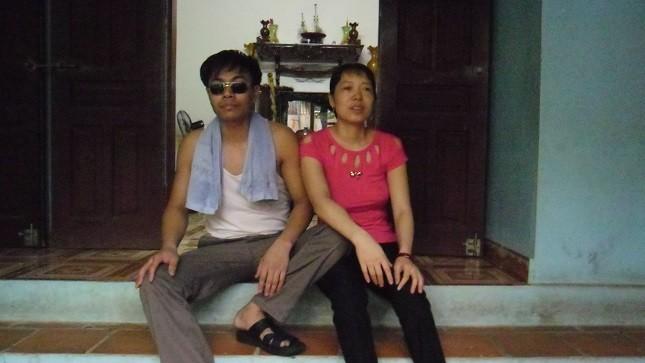 Phút nghỉ ngơi của vợ chồng anh Linh - chị Hằng sau một ngày miệt mài làm việc.