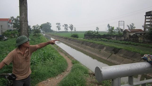 lKhúc sông thuộc xã Sơn Đồng cứ vào những ngày trời nồm là trở nên đen đặc, bốc mùi.