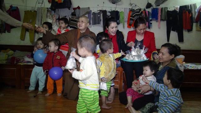 Trẻ em được nuôi dưỡng ở chùa Bồ Đề.