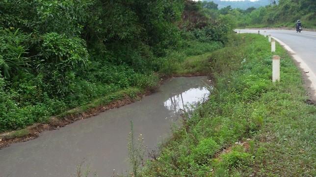 Hà Tĩnh: Dân khốn khổ vì nước thải bao vây