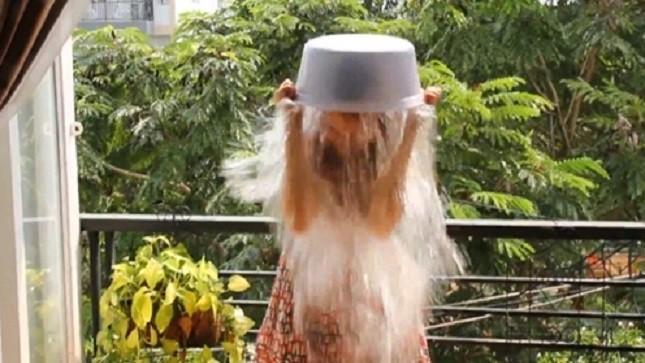 Đinh Hương đang dội nước đá lên đầu.