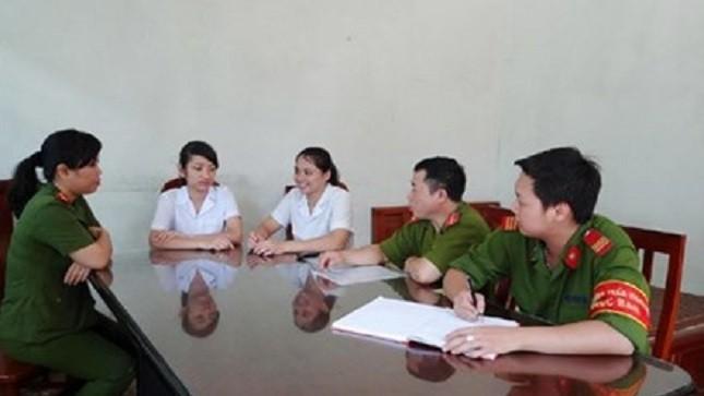 Hai chị Nguyễn Thanh Tuyền và Lê Thị Hải Yến báo cáo với Công an phường Trần Hưng Đạo (TP Hạ Long) về việc truy đuổi đối tượng trộm cắp.