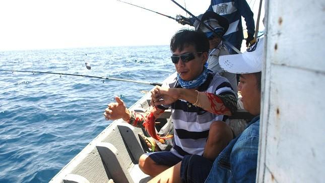 Câu cá vặt là môn dễ chơi nhất cho du khách ở biển Cù Lao Chàm.