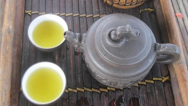 Một ấm trà sen tại Hồ Tây chỉ có giá từ 35 – 100 ngàn đồng.