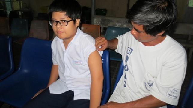 Em Vinh được gia đình chăm sóc tại Bệnh viện Lê Lợi.