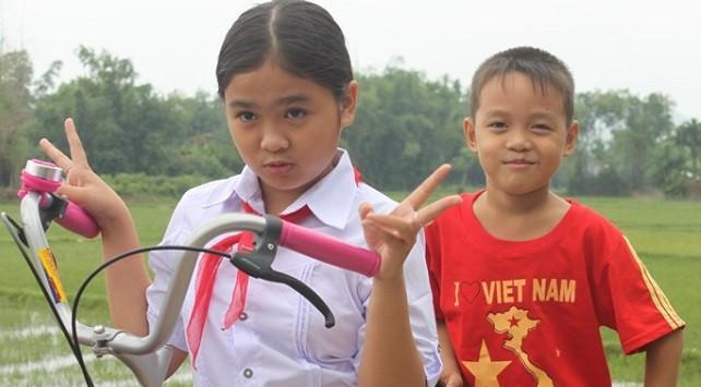 """Quán quân Giọng hát Việt nhí 2014 trở về hình ảnh """"cô bé nông thôn"""""""