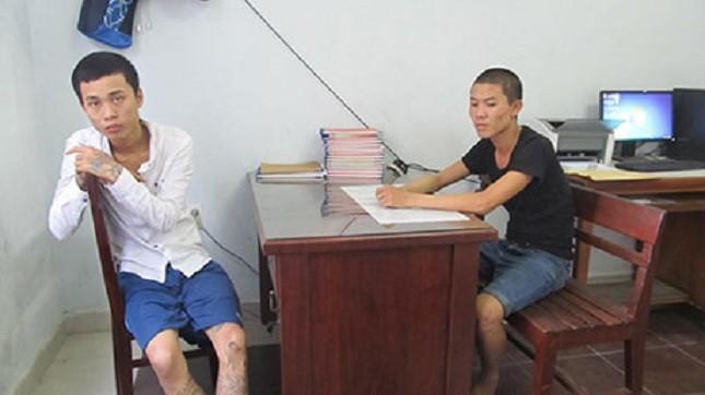 Hai đối tượng nam cùng thuê phòng ăn nhậu, sử dụng ma túy với 9 cô gái ở nhà nghỉ Thiên Hà. Ảnh: Phan Thùy