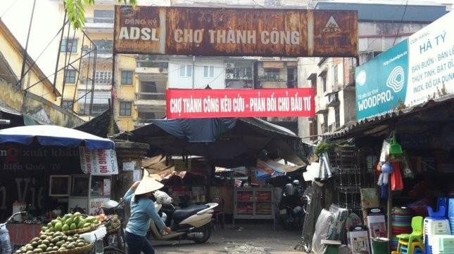 Tiểu thương chợ Thành Công căng băng rôn kêu cứu.