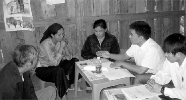 Cán bộ Trung tâm Trợ giúp pháp lý tư vấn cho bà con xã Sỹ Hai, huyện Hà Quảng, Cao Bằng.