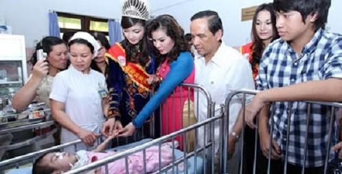 Hoa hậu dân tộc Triệu Thị Hà cùng nhiều người đẹp của cuộc thi Hoa hậu Dân tộc hoạt động từ thiện tại bệnh viện. Ảnh minh họa: HNM