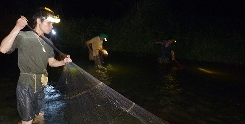 Theo anh Vi Văn Long (bên trái ảnh), kéo chài cần phải khéo léo để giữ cá.