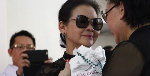 Khánh Ly mang tro cốt chồng về Việt Nam