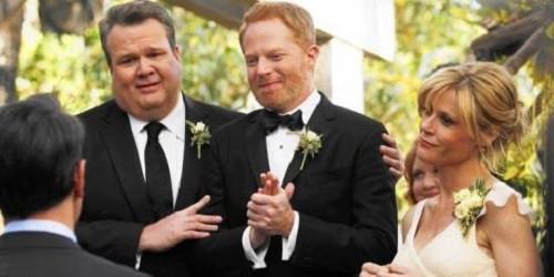 Những phim như 'Modern Family', mà khắc họa những mối tình đồng tính như cảnh hai nhân vật kết hôn, đã giúp định hình dư luận về hôn nhân đồng giới và những vấn đề về quyền đồng tính khác.