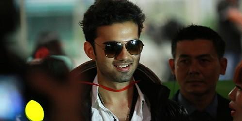 Avinash sinh năm 1997, nổi tiếng ở Ấn Độ từ nhỏ nhờ gương mặt bụ bẫm, dễ thương và thường xuất hiện trong các phim quảng cáo. Khi xuất hiện tại sân bay tối nay, anh khiến mọi người bất ngờ bởi vẻ cao to, điển trai và chững chạc.