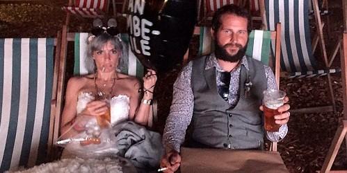 Simon và Rachelle chính thức kết hôn vào 30/6, tại một nhà thờ ở Glastonbury, Anh. Họ cũng tổ chức đám cưới lãng mạn cùng người thân và bạn bè ở trong rừng. Ảnh: SW