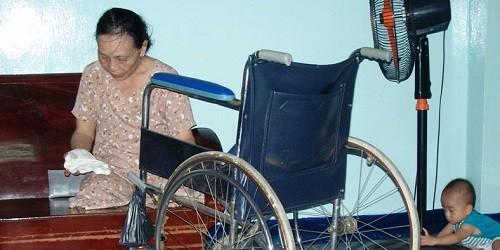 Người mẹ của tác giả bên chiếc xe lăn lúc sinh thời.