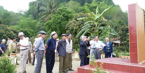 Các cựu chiến binh thăm di tích cách mạng.