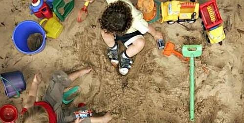Hai đứa trẻ đã sử dụng những chiếc thuổng trong bộ đồ chơi xúc cát để đào đường trốn khỏi trường mầm non. (Ảnh minh họa: Guardian)
