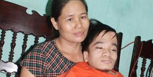 Con tàn tật cắt tay lấy máu viết huyết thư cầu cứu giúp mẹ