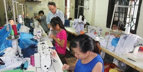 Ông Trần Duyên Hải đang hướng dẫn học viên.