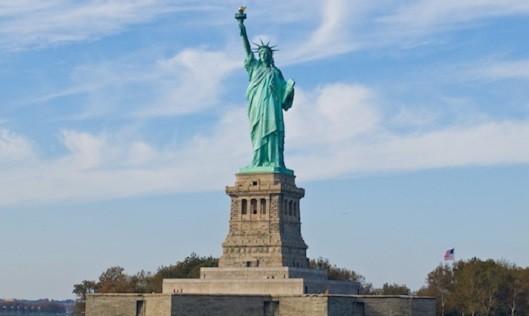 Tượng Nữ thần Tự do đặt trên đảo Liberty tại cảng New York. Ảnh: Pitt Libguides.