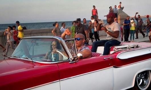 Vin Diesel và Michelle Rodriguez trong một cảnh quay tại Cuba.