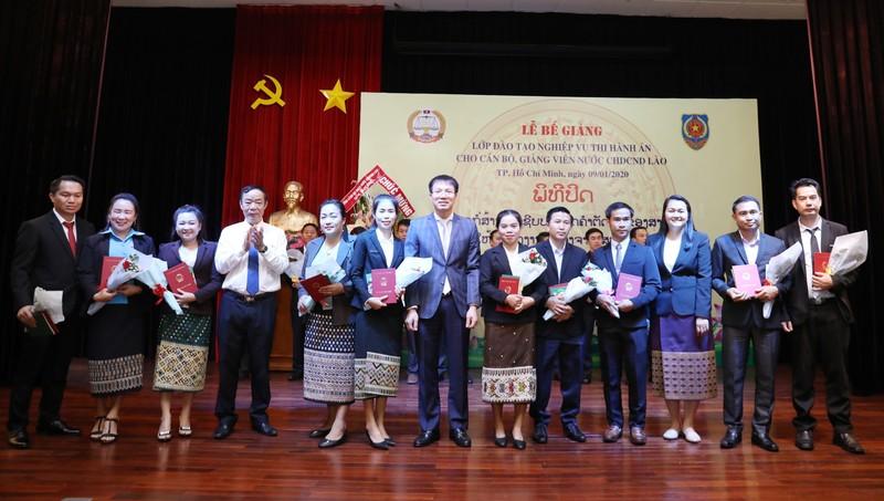 Bế giảng lớp đào tạo nghiệp vụ Thi hành án dân sự cho công chức Lào