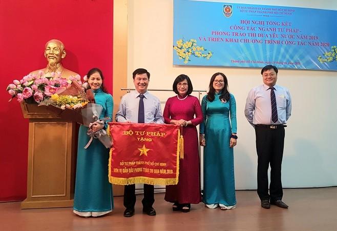 Sở Tư pháp TP HCM đứng đầu khu vực Đông Nam bộ, nhận cờ thi đua ngành Tư pháp