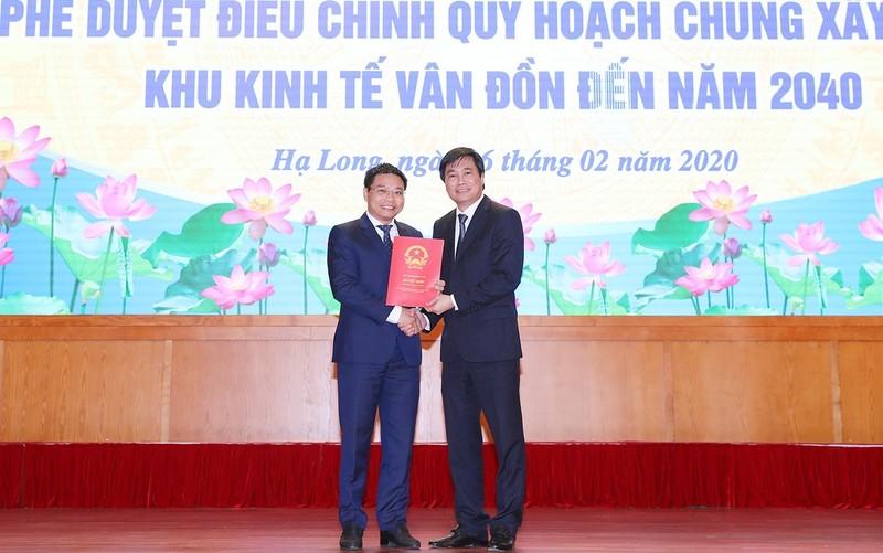 Ông Nguyễn Tường Văn - Thứ trưởng Bộ Xây dựng trao Quyết định phê duyệt điều chỉnh Quy hoạch chung xây dựng Khu kinh tế Vân Đồn đến năm 2040 cho tỉnh Quảng Ninh
