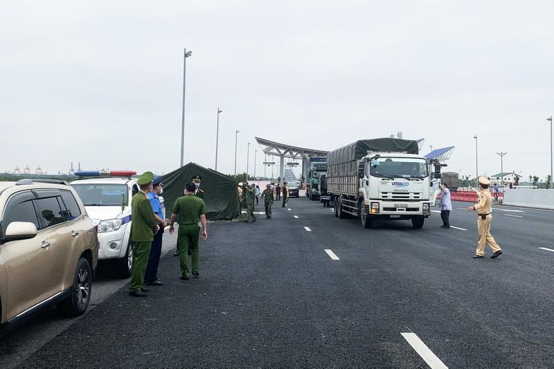 Chốt kiểm soát người, phương tiện xe cơ giới vào Quảng Ninh tại Trạm thu phí BOT cầu Bạch Đằng.