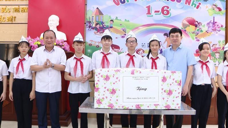 Lãnh đạo tỉnh Quảng Ninh thăm, tặng quà trẻ em có hoàn cảnh đặc biệt nhân ngày Quốc tế thiếu nhi 1/6