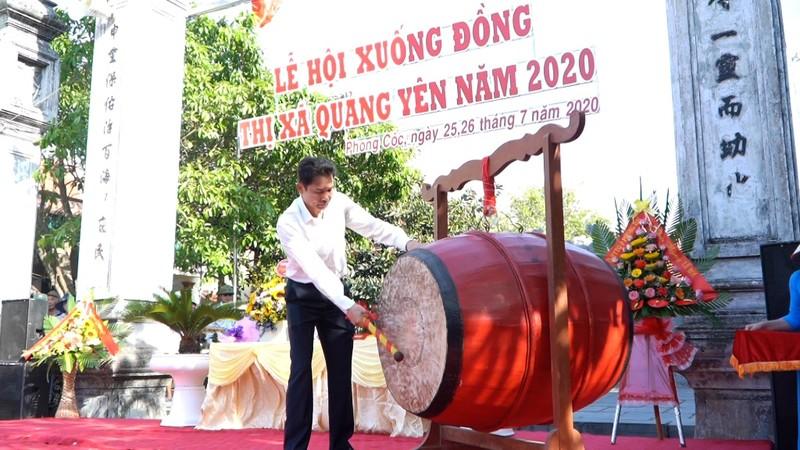 Bí thư Thị ủy Quảng Yên Hồ Văn Vịnh gióng trống khai hội xuống đồng 2020.