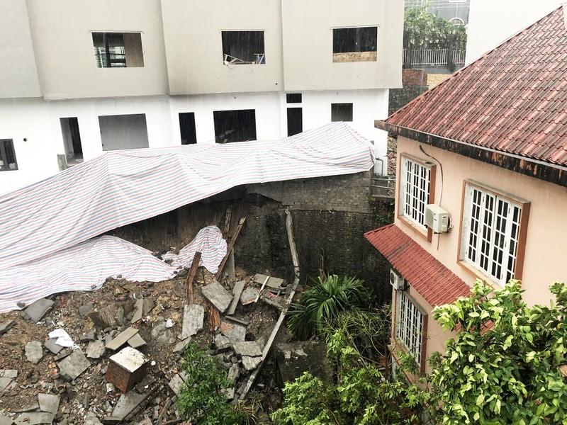 Gần 50m kè tại khu vực tổ 6, khu 5, phường Trần Hưng Đạo đã bị sạt lở trong đêm 3/8.