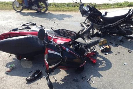 Ngã ra đường sau va chạm với ôtô, người phụ nữ bị container cán tử vong