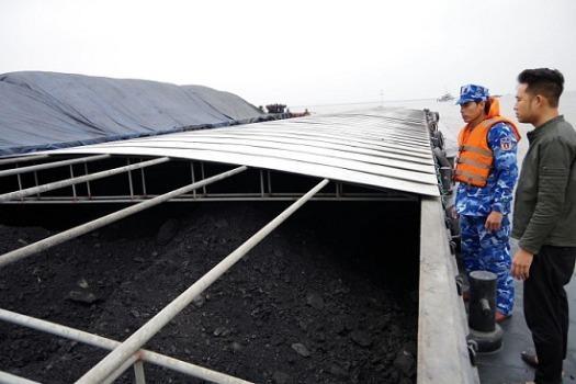 Bắt giữ tàu chở 2.000 tấn than không rõ nguồn gốc
