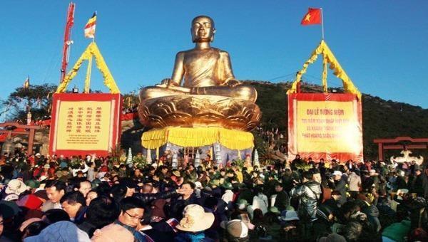 Hàng năm lễ hội Khai xuân Yên Tử thu hút hàng nghìn lượt khách du lịch, năm nay lễ hội phải tạm dừng trước tình hình cấp bách của dịch bệnh viêm phổi cấp do chủng mới của virus Corona gây ra.