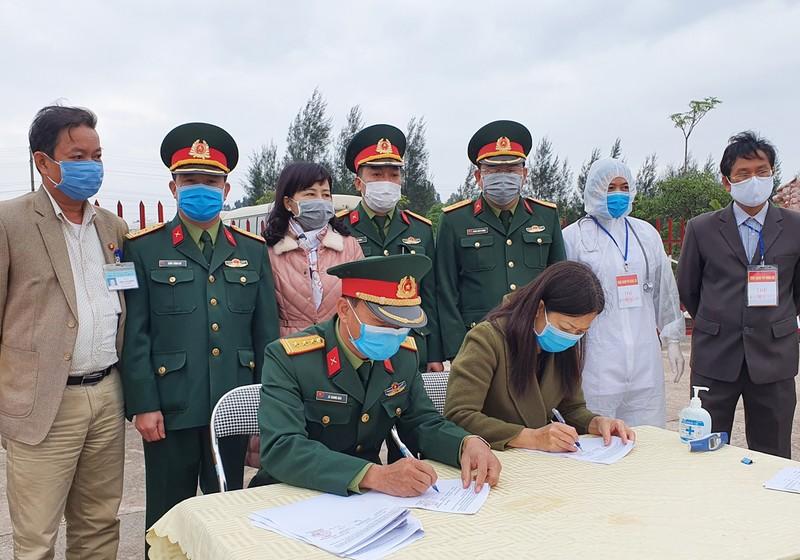 Bộ chỉ huy Quân sự tinh Quảng Ninh và thành phố Móng Cái ký biên bản bàn giao 73 công dân