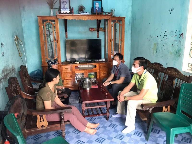 Lãnh đạo phường Bãi Cháy đến nhà chị Vũ Thị Chinh xin lỗi.