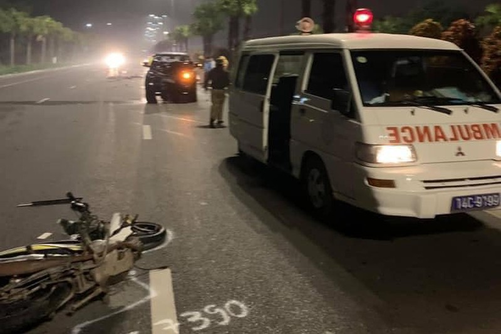 Xe máy chạy ngược chiều đâm vào ô tô khiến hai người tử vong