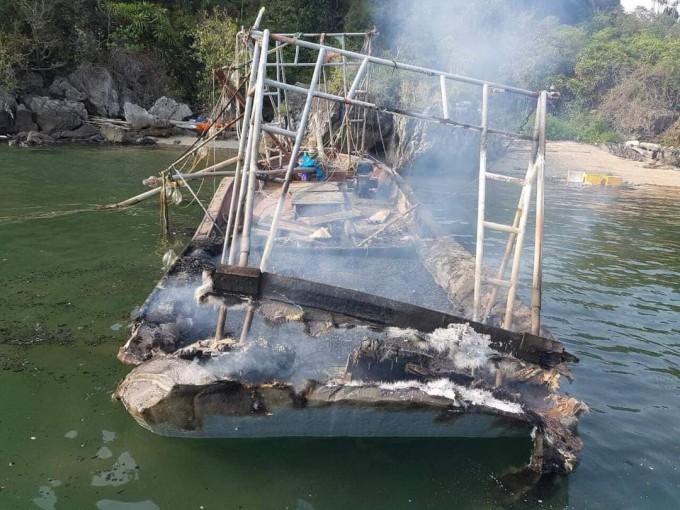 Chiếc thuyền sau vụ nổ ga bị thiêu rụi hoàn toàn.