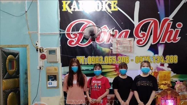 Tụ tập hát karaoke bất chấp lệnh cấm, 8 thanh niên và chủ quán bị phạt hành chính, đưa đi cách ly