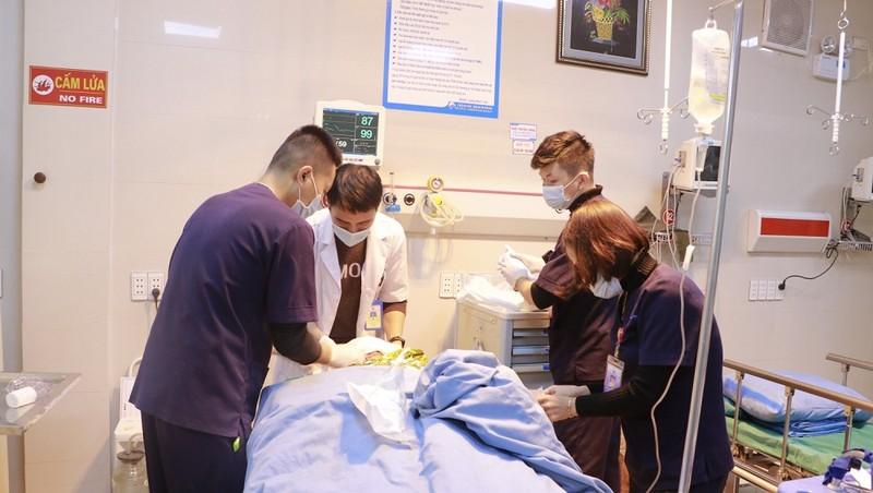 Các bác sĩ đang kiểm tra tim thai và sức khỏe của thai nhi. Ảnh: BVCC